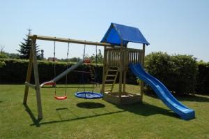 Spielturm mit Schaukeln, Rutsche und Sandkasten